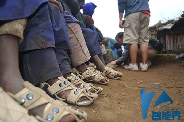 贫困地区孩子的福音:大小可调的鞋子来了