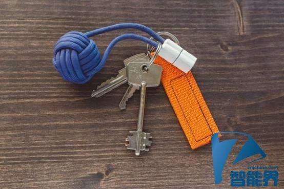 这个超迷你移动电源可以拴在钥匙上