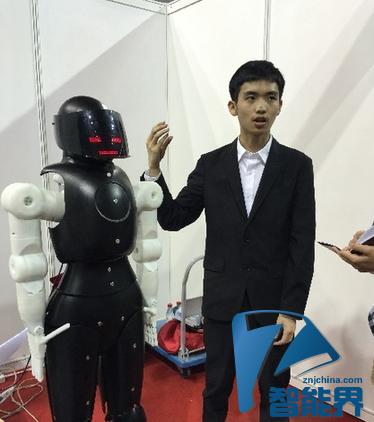 我国大学生打造手语机器人,帮助听障人士正常交流