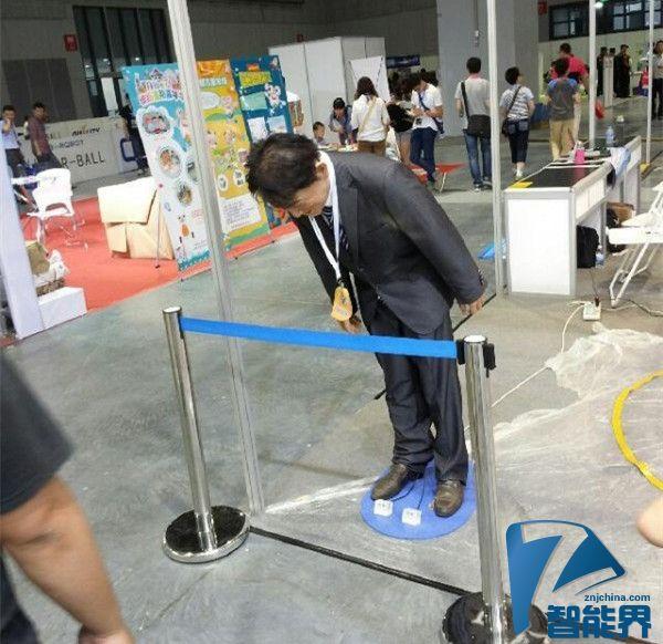 """""""安倍""""机器人亮相上海,不停鞠躬道歉"""