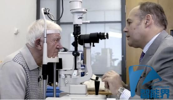 世界首个仿生眼植入手术完成 让患者重见光明