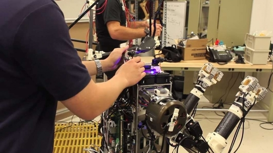 人机合一:Hermes机器人可以像人一样反应