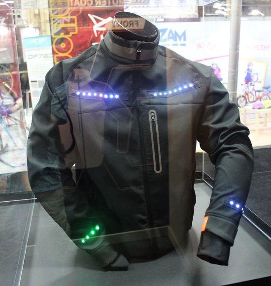 Lumenus智能外套显示骑行者改变方向的信号