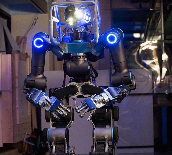 这款机器人会开车 能在危险环境下实施救援