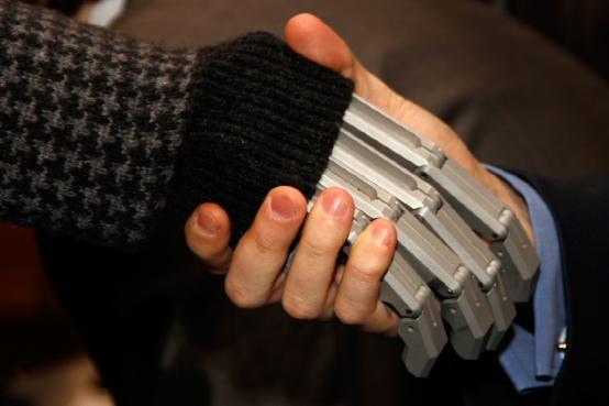 """这个新型机械手套可让盲人""""看到""""物体"""