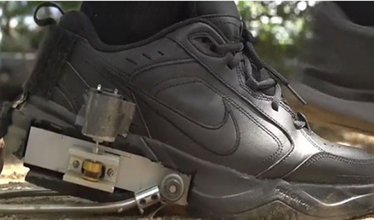 迈开腿吧,这双鞋可以为手机充电