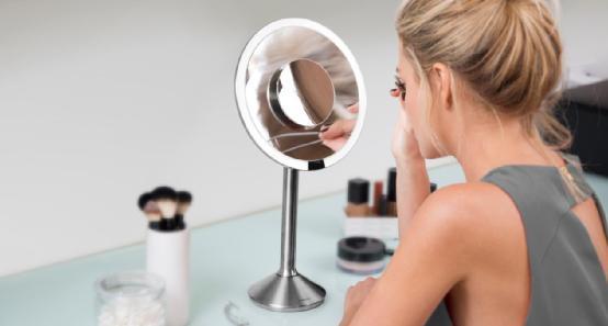 世上最聪明梳妆镜诞生 你可以直接与它对