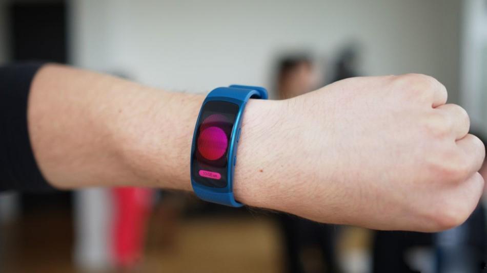 三星推新款可穿戴设备:Gear Fit 2手环和IconX耳机