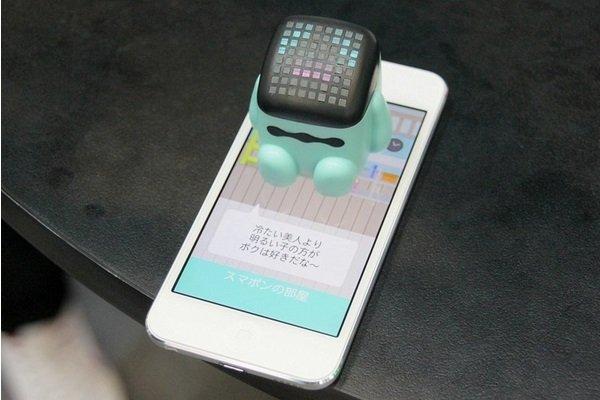 日本推出坐在手机上与人交流的超萌机器人