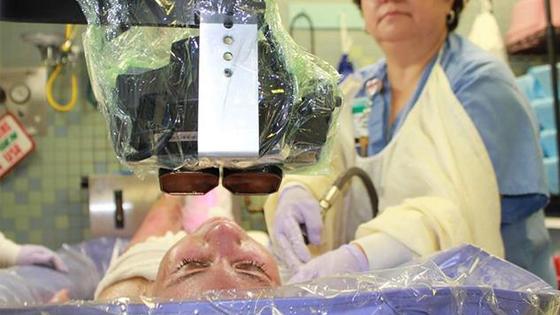当你感到头疼的时候 也许一副VR头盔就能把你治愈了