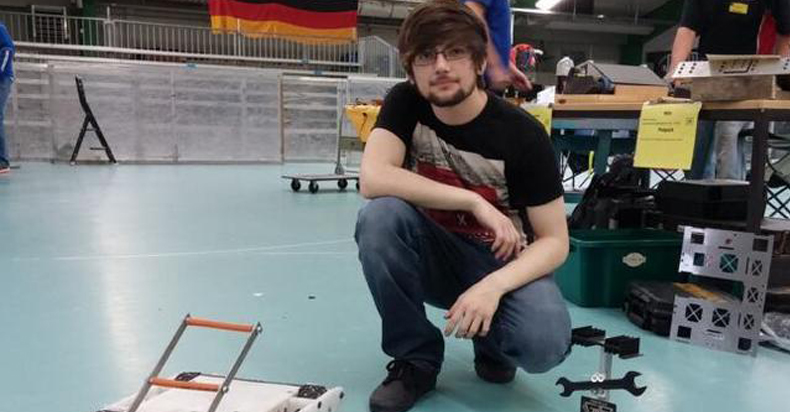辍学中学生在卧室里造出了格斗机器人,还上了电视