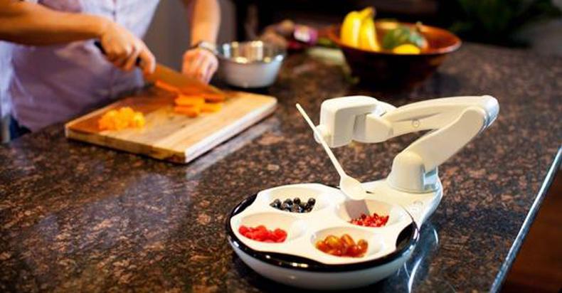 """助老助残:这款喂饭机器人叫人""""饭来张口"""""""