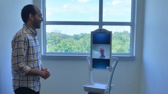 为老年人打造的护理设备:看门机器人