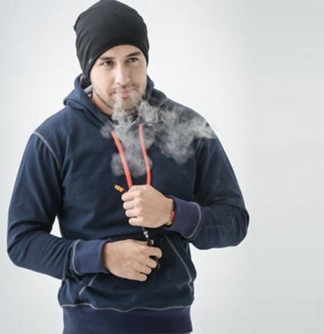 如何抽烟才能彰显高逼格?藏在衣服里抽