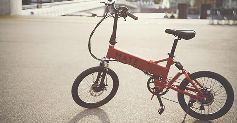 MATE电动自行车三步搞定折叠 还能给手机充电
