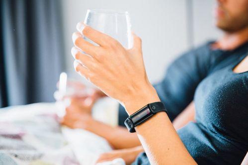 计步测心率不稀奇 智能手环能提醒你该喝水了