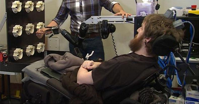 绕过损伤脊椎 机械手臂让瘫痪病人重获触觉