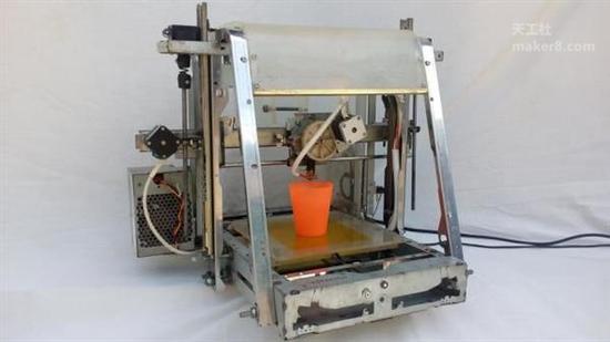 多哥共和国创客完全用电子废品制造3D打印机