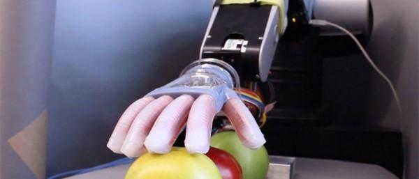 """这款柔软机器人手可以""""感觉""""到物体的形状和纹理"""