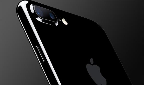 iPhone 7 Plus问题不断:这次是双摄像头不能用iPhone 7又出事了,苹果心都要碎了。 BGR给出的报道称,已经有不少果粉在苹果官方论坛吐槽,iPhone 7 Plus的双摄像头在正常情况,居然出现了无法使用的情况,重启后情况依然存在。 其中一位果粉是这样描述这个问题的,打开iPhone 7 Plus的相机Appl后,取景界面是漆黑的,你根本无法正常完成拍摄,比,即便你拍了样张也是全绿或全紫了。 此外,还有用户吐槽,iPhone 7 Plus的屏幕上会显示紧急情况,iPhone 需要降温的