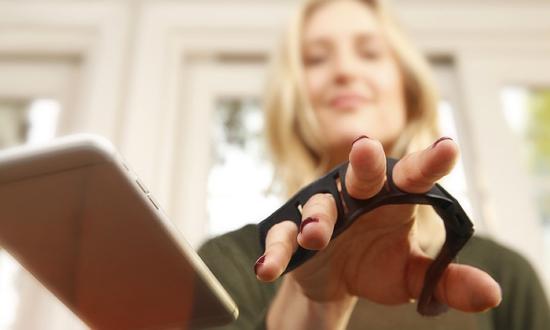 戴上Tap Strap五指环 你的整个世界都是键盘