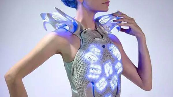 你可能很快就要穿上塑料做的衣服了 还很暖和呢