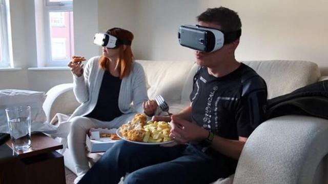 这两位VR铁粉居然戴着头戴设备玩了两天两夜