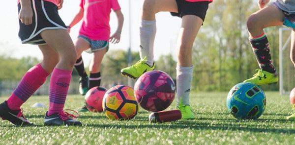 【智能界大百科】 Wobblrs:练球神物不倒翁在哪里都可以踢足球