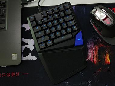 自主机械轴,单手设计却不失性能——雷柏V550RGB游戏键盘